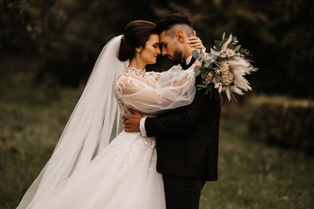 Hochzeitsfotograf aus Hannover fotografiert Brautpaar - Sie sehen sich an