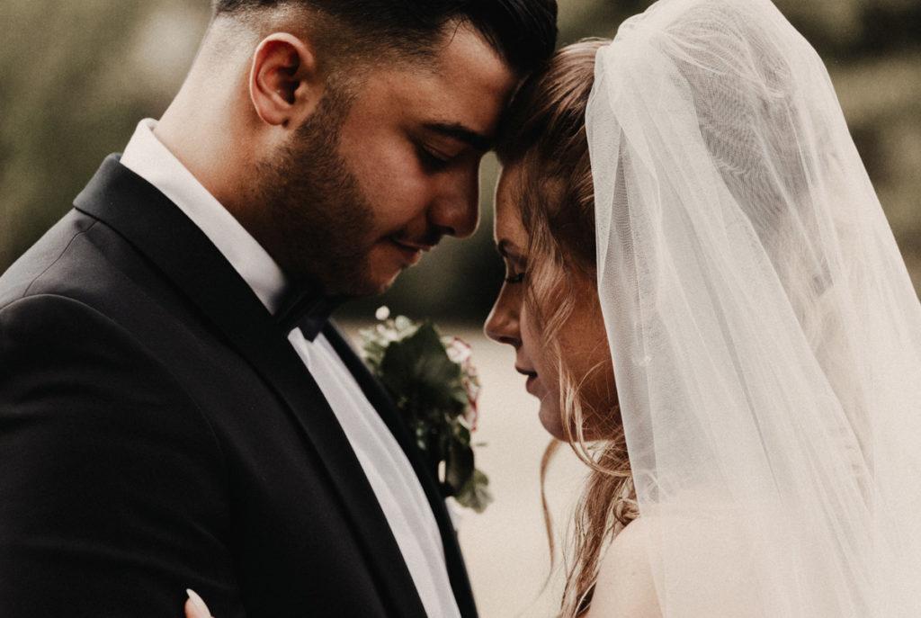 Hochzeitsfotograf fotografiert verträumtes Brautpaar