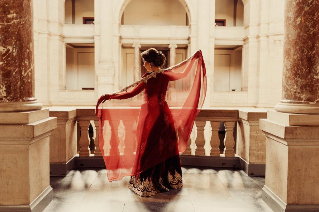 Hochzeitsfotograf fotografiert persische Dame im neuen Rathaus Hannover