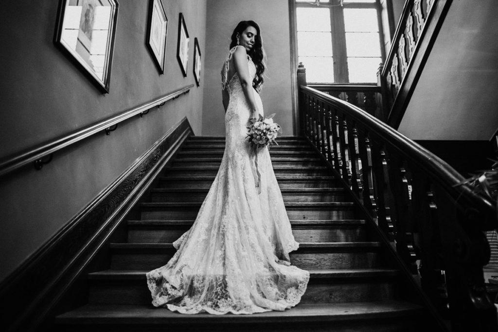 Hochzeitsfotograf fotografiert in Schloss Eldingen die Braut in Brautkleid