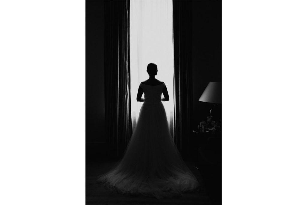 Hochzeitsreportage in Schloss Wackerbarth Getting Ready Braut Schwarzweiß
